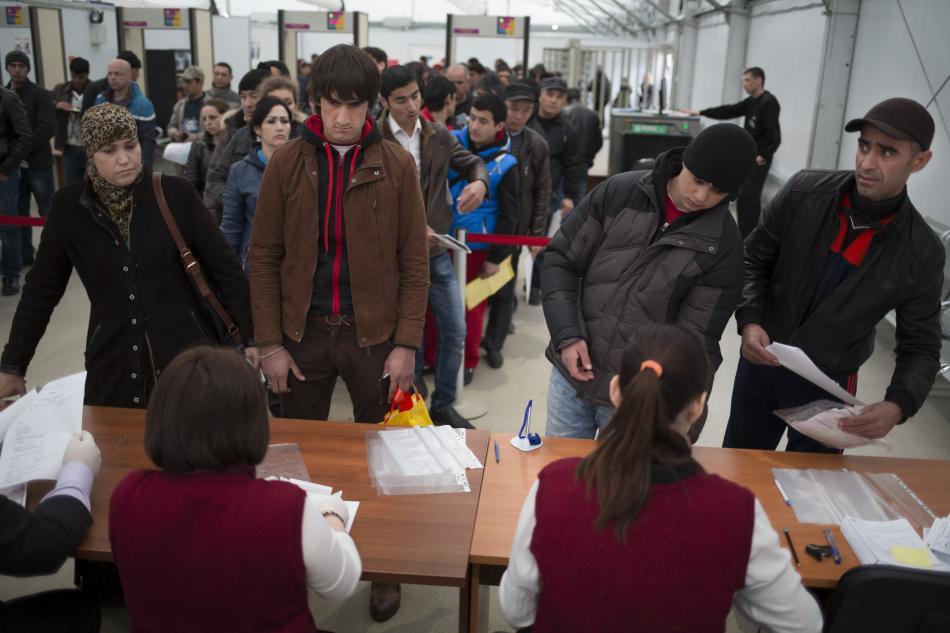 Zahraniční dělníci při vyřizování pracovního povolení v Rusku