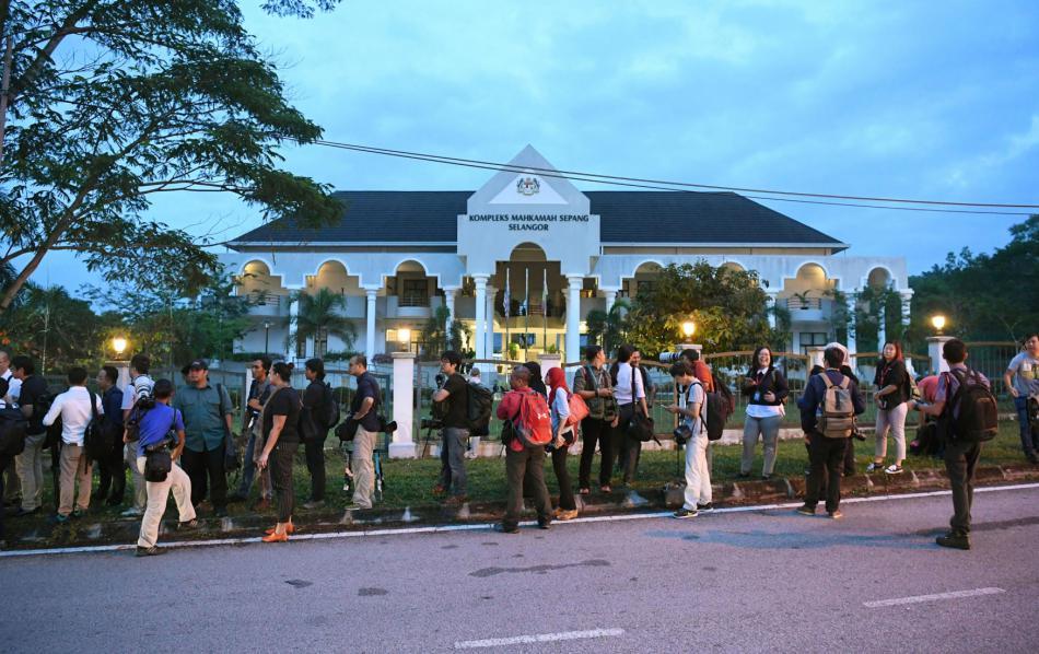 Novináři čekají před budovou soudu, který se zabývá vraždou Kim Čong-nama