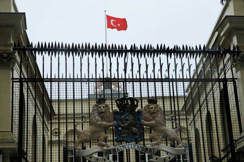 Turecká vlajka nad nizozemským konzulátem v Istanbulu