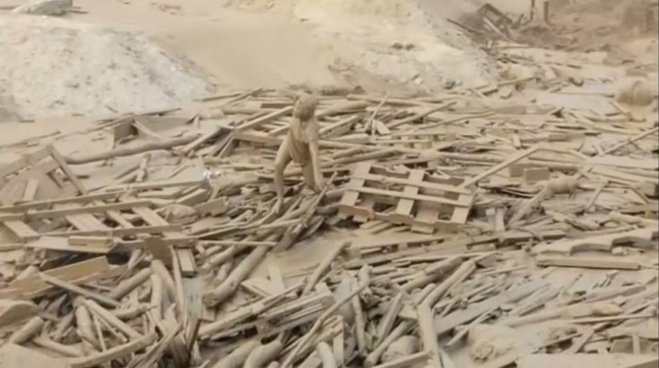 Žena se zachránila z vody a bahna díky nahromaděnému dřevu