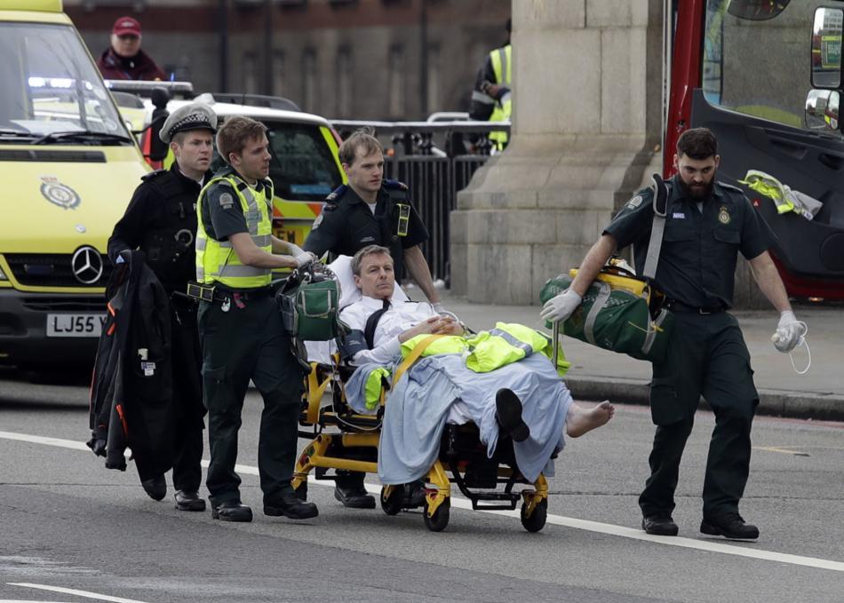Záchranáři odvážejí zraněného po útoku v Londýně