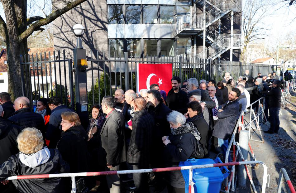Fronta před tureckým konzulátem v Berlíně