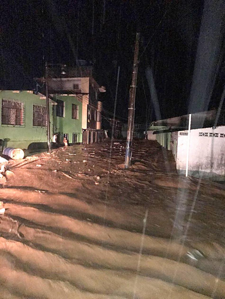 Snímek jedné z ulic Mocoy zavalené bahnem
