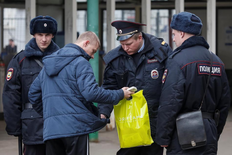 Policie kontroluje chodce v blízkosti petrohradského metra