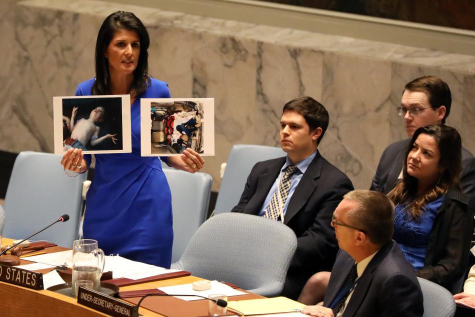 Nikki Haleyová ukázal na zasedání Rady bezpečnosti fotografie obětí útoku v Idlibu