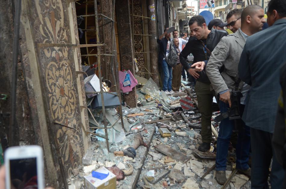 Následky sebevražedného útoku v kostele v Alexandrii