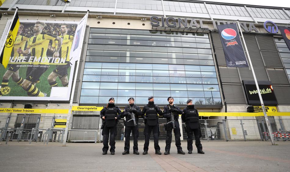 Policie před stadionem Borussie Dortmund