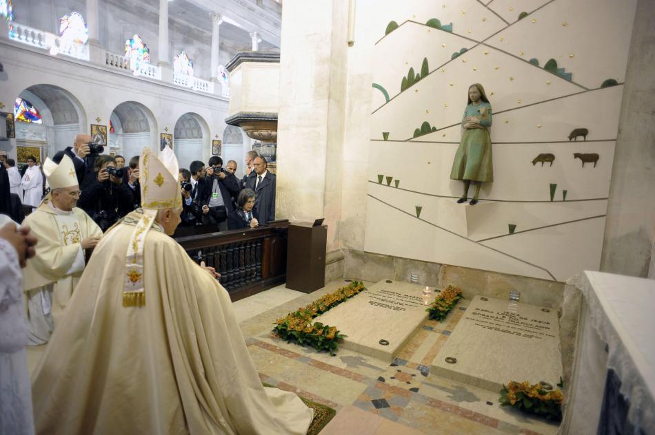Benedikt XVI. u hrobu Francisca a Jacinty během návštěvy Fátimy v roce 2010