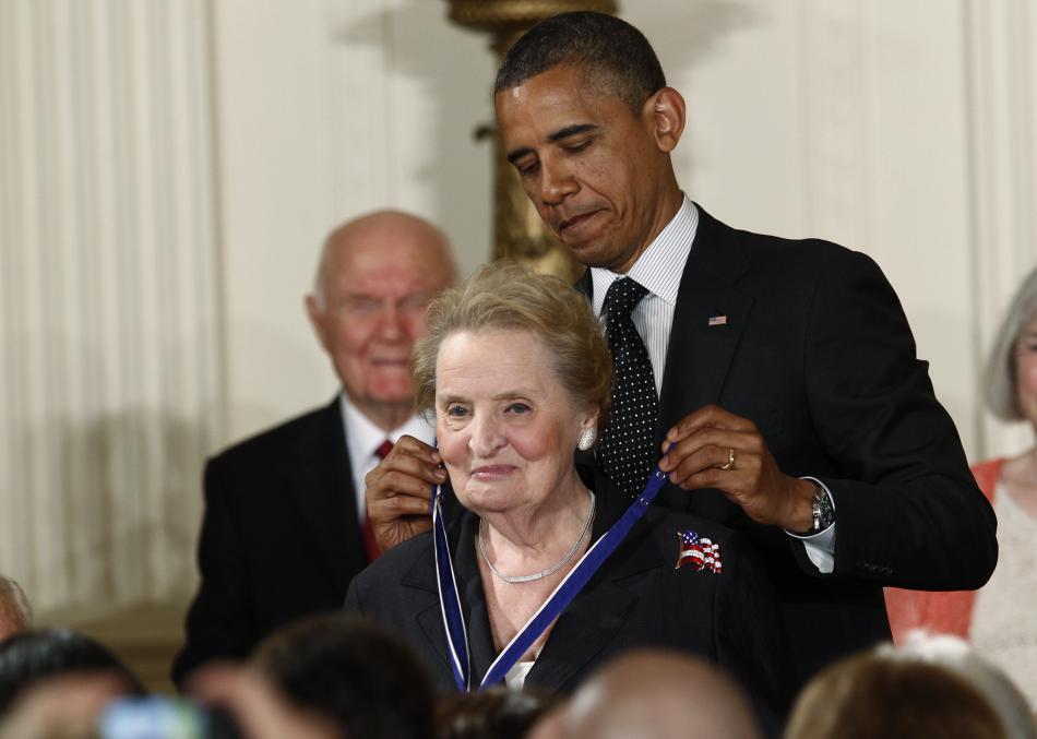 Obama předává Albrightové Medaili svobody