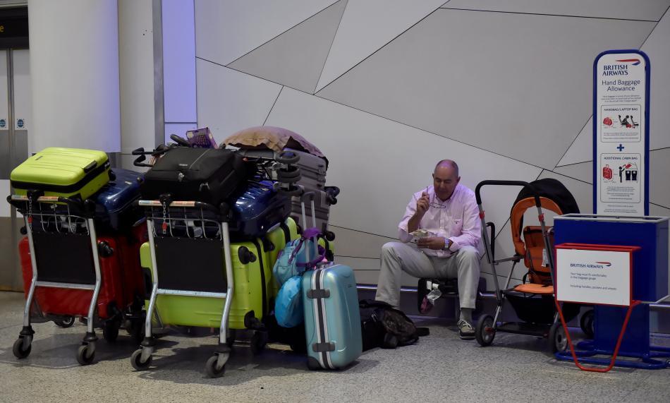 Letiště Gatwick a čekající pasažér British Airways