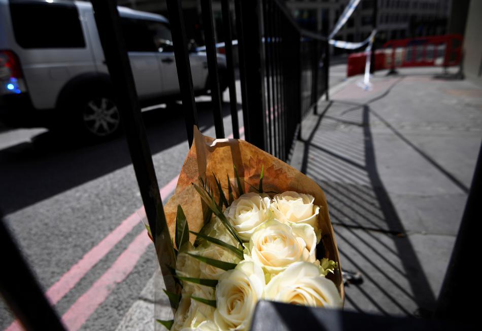 Kytice květin poblíž Londýnského mostu