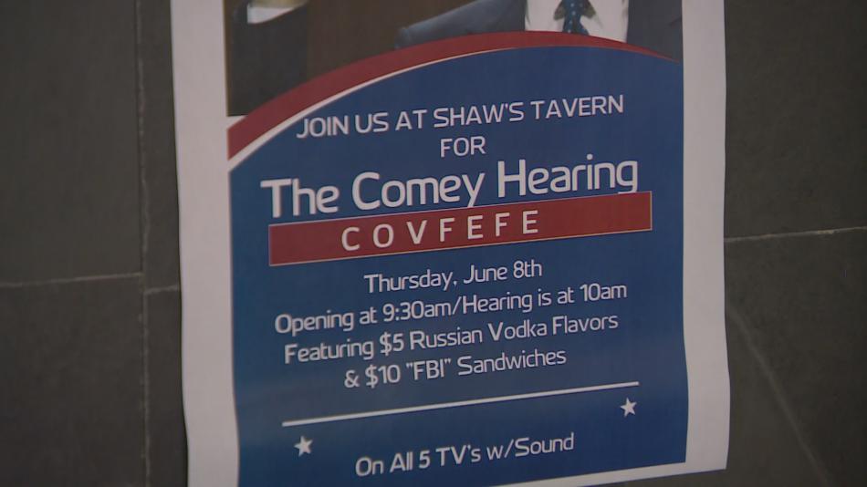 Americké restaurace lákají zákazníky na Comeyho projev