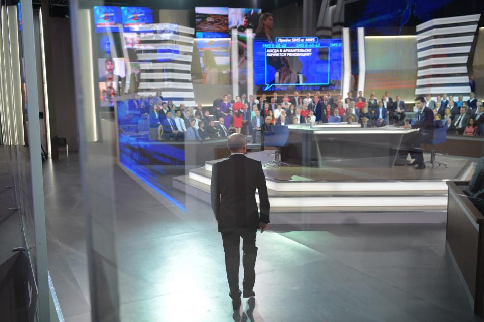 Vladimir Putin přichází na vysílání debaty s občany