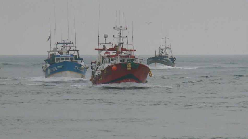Rybářské lodě míří do přístavu Le Guilvinec