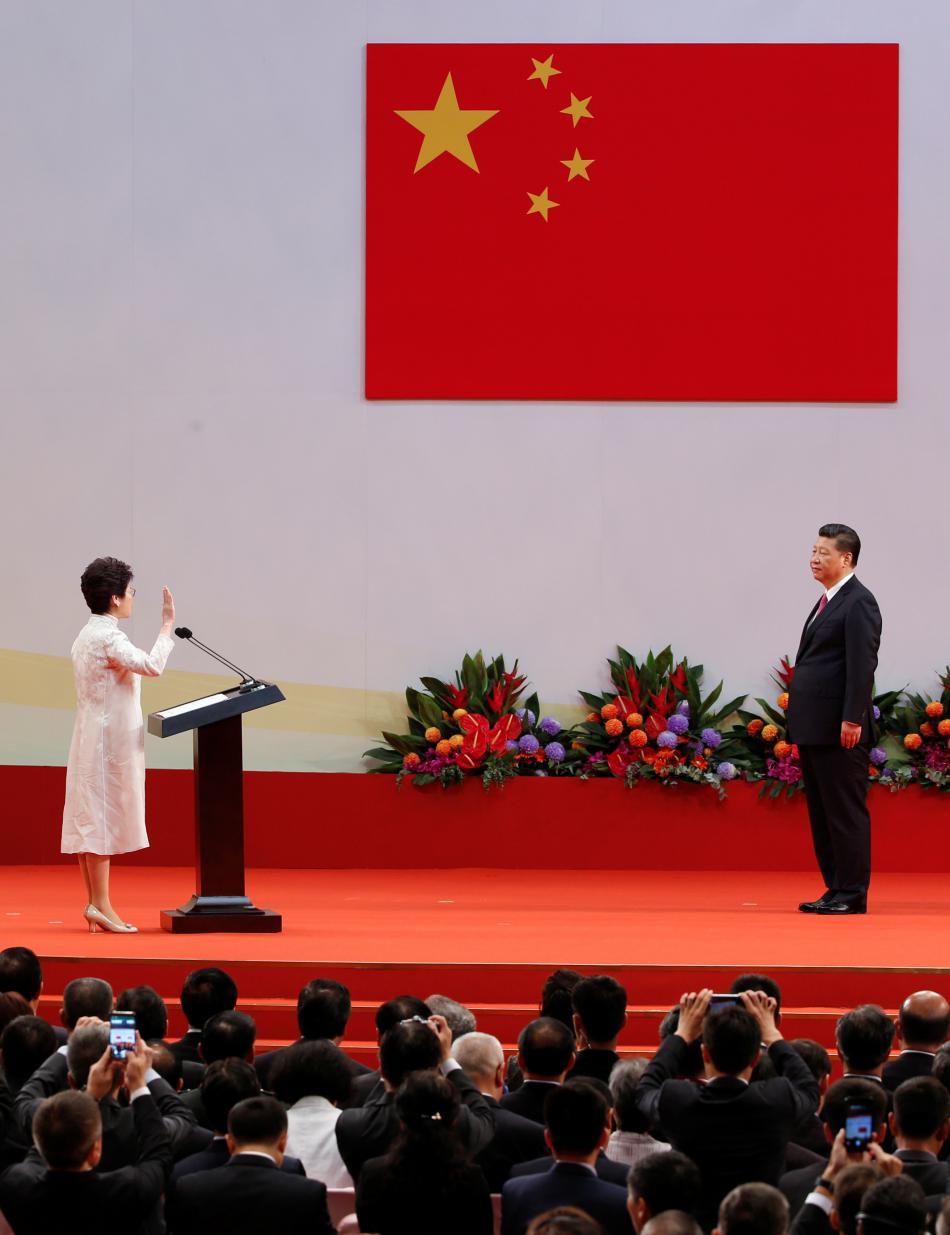 Carrie Lamová skládá přísahu před zraky čínského prezidenta