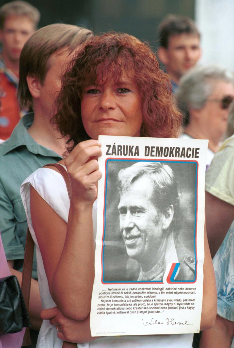 Manifestace na podporu kandidatury Václava Havla na prezidenta před budovou Federálního shromáždění (3. 7. 1992)