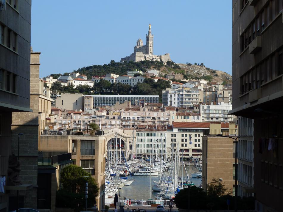 Pohled na přístav a katedrálu Notre-Dame de la Garde  v Marseille