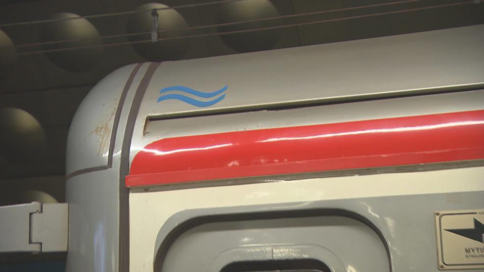 Značka na soupravě metra, která zůstala v roce 2002 v zaplaveném tunelu
