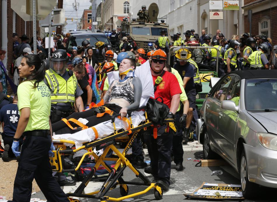 Záchranáři zasahují během násilných nepokojů ve městě Charlottesville ve Virginii