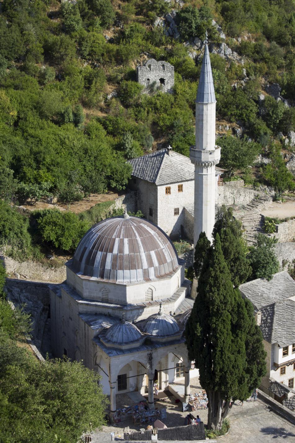 Křesťanské a muslimské svatostánky v těsném sousedství