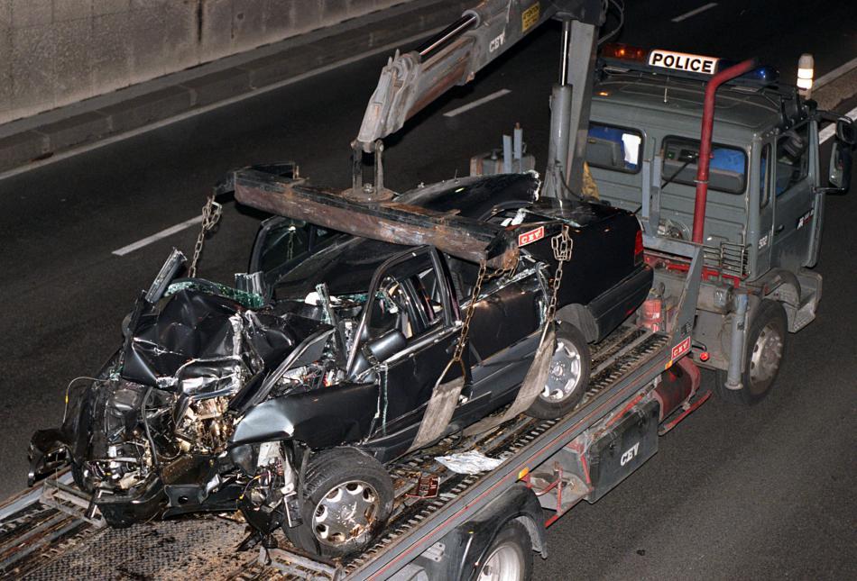 Francouzská policie odklízí mercedes zdevastovaný nárazem do mostního pílíře (31. srpna 1997)