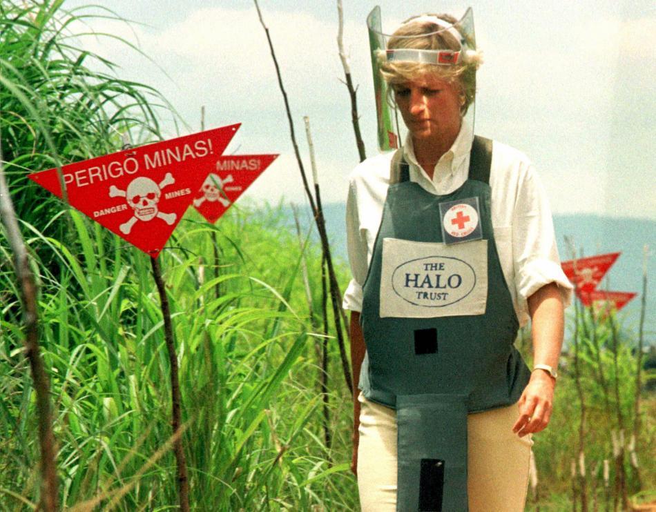 V Angole se Diana jako velvyslanec Červeného kříže prošla minovým polem (15. ledna 1997)
