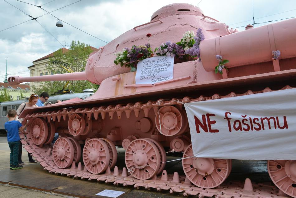 Růžový tank ověšený transparenty