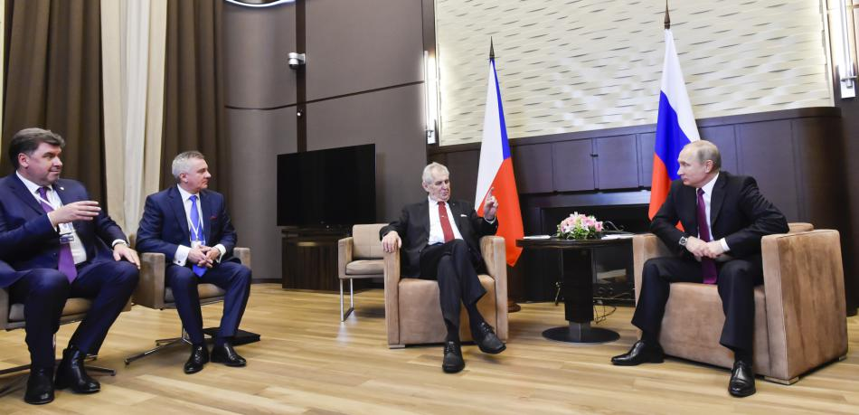Schůzky Zemana s Putinem se účastnili poradce Martin Nejedlý a hradní kancléř Vratislav Mynář.