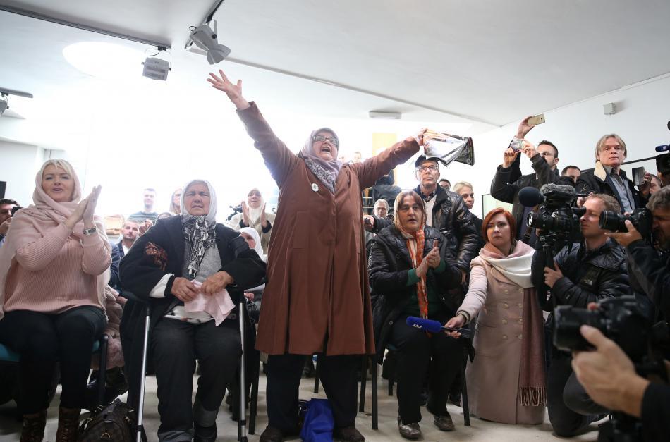 Ženy sledují vynesení rozsudku v památniku v Potočari blízko Srebrenice