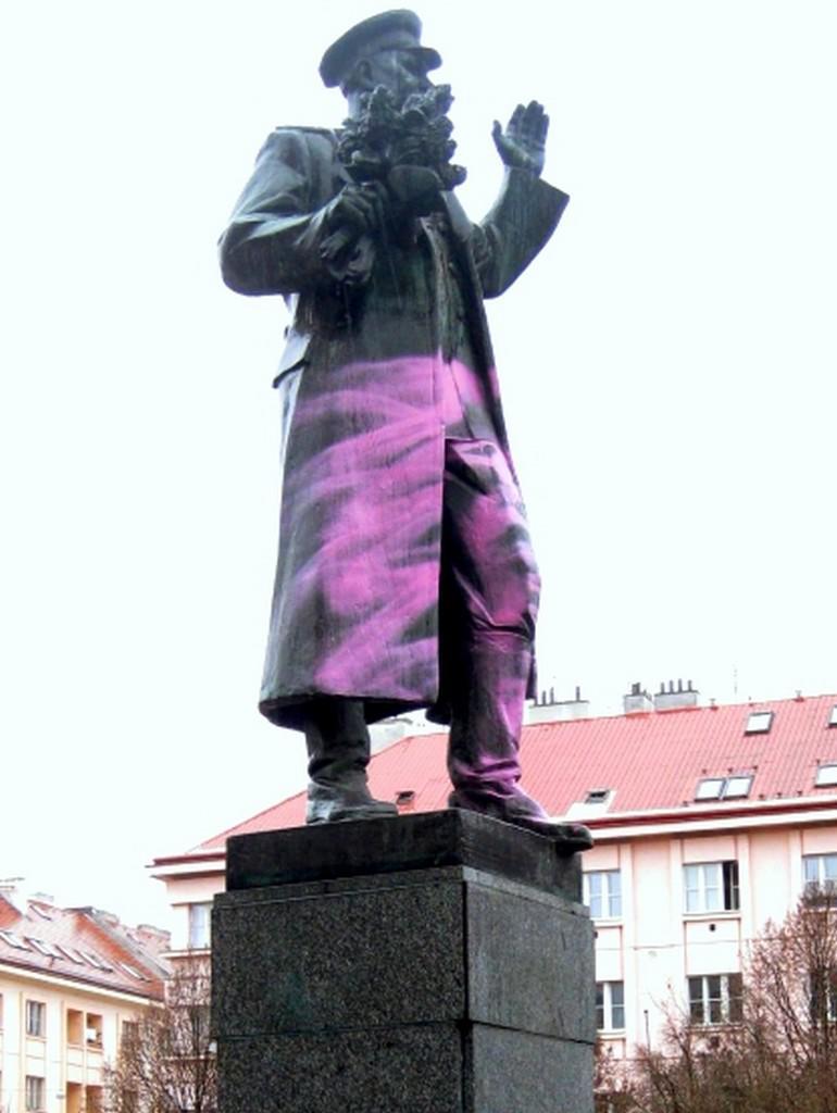 Poškozená socha maršála Koněva