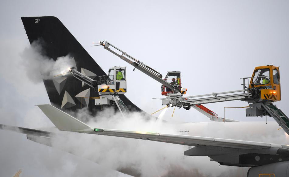 Technici odstraňují námrazu z letadla na frankfurtském letišti