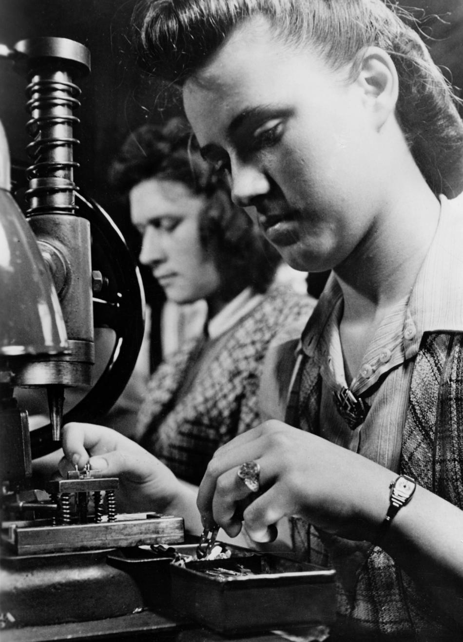 Záběry nacistické propagandy - ženy při práci ve zbrojním průmyslu