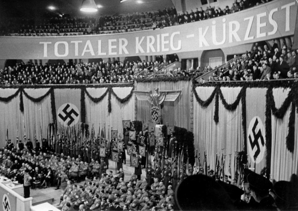 Záběry ze Sportovního paláce během Goebbelsova projevu v únoru 1943