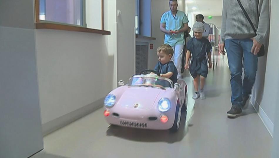 Místo lehátek jezdí děti na autíčkách