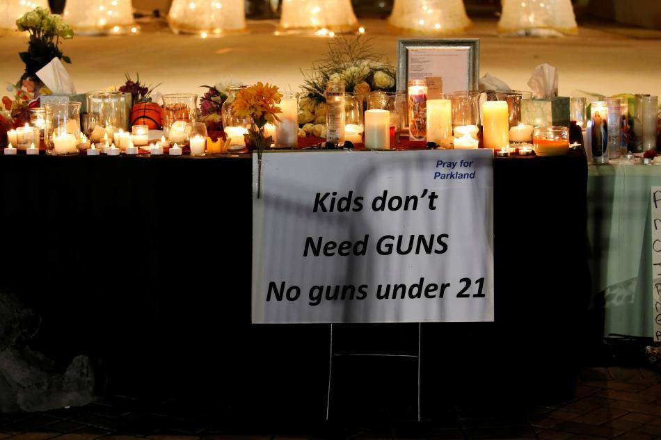 Děti nepotřebují zbraně, píše se na jednom ze vzkazů u školy v Parklandu
