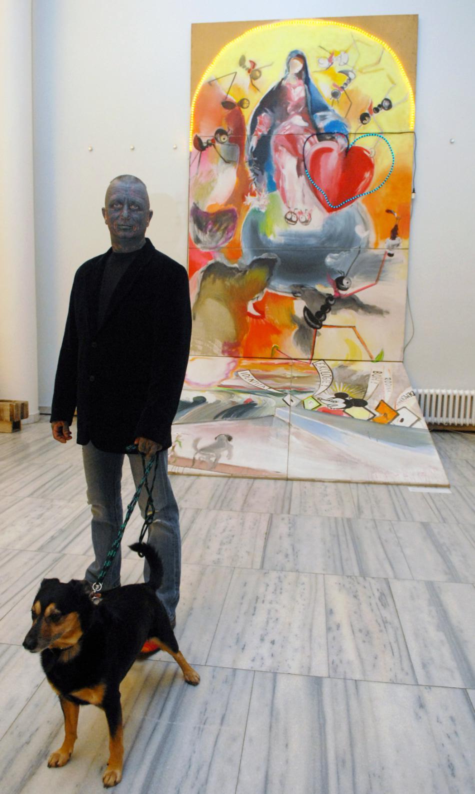 Vladimír Franz u svého obrazu Madona nesená mravenci