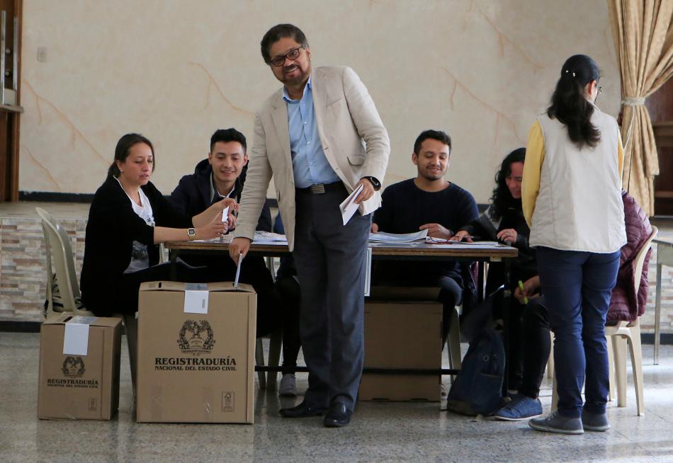 Ivan Marquez z politické strany FARC ve volební místnosti v Bogotě
