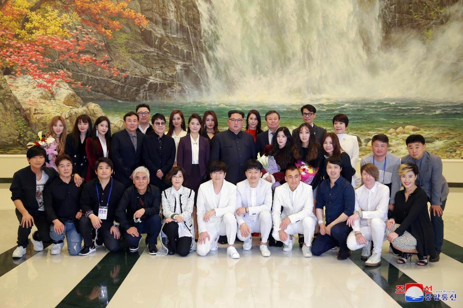 Společné foto severokorejského vůdce a jihokorejských umělců