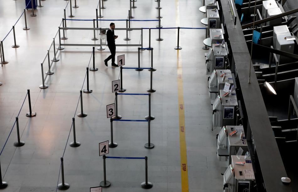 Cestující u přepážky Air France na letišti v Nice