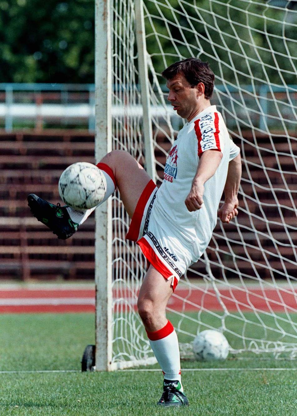 Orbán při tréninku s fotbalovým týmem Nyíregyháza (červen 1998)