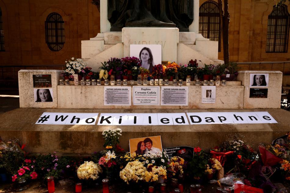 Improvizovaný pomník Caruanové Galiziové a slovenského novináře Kuciaka s jeho snoubenkou ve Valettě