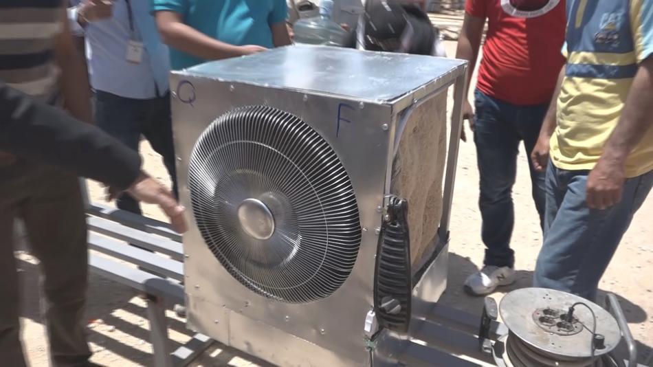 Provizorní klimatizace vytvořená dělníky v táboře Al Azraq