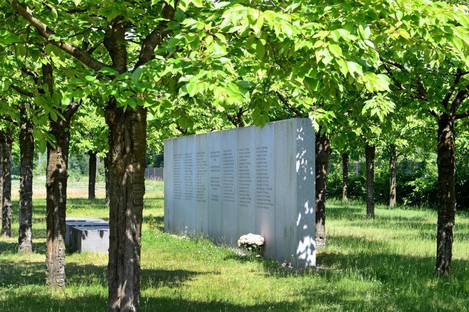 U místa nehody byl vysázen lesík, ve kterém je umístěn památník se jmény všech obětí