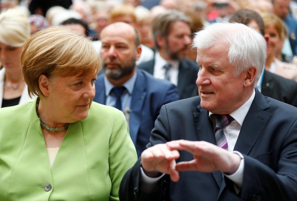 Merkeloá a Seehofer během připomínky obětí vysídlení