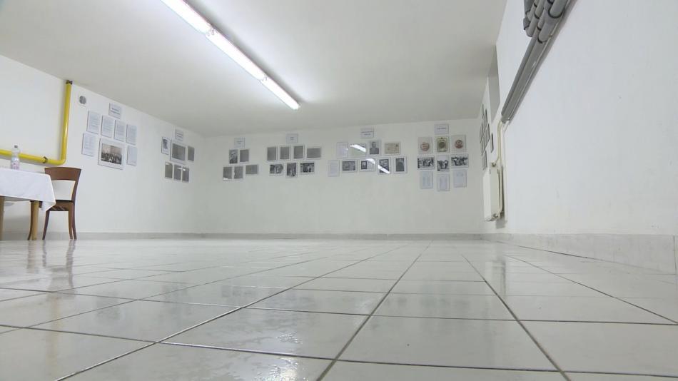 Výstava je umístěna ve sklepě ambasády, kde se skrývali Žídé