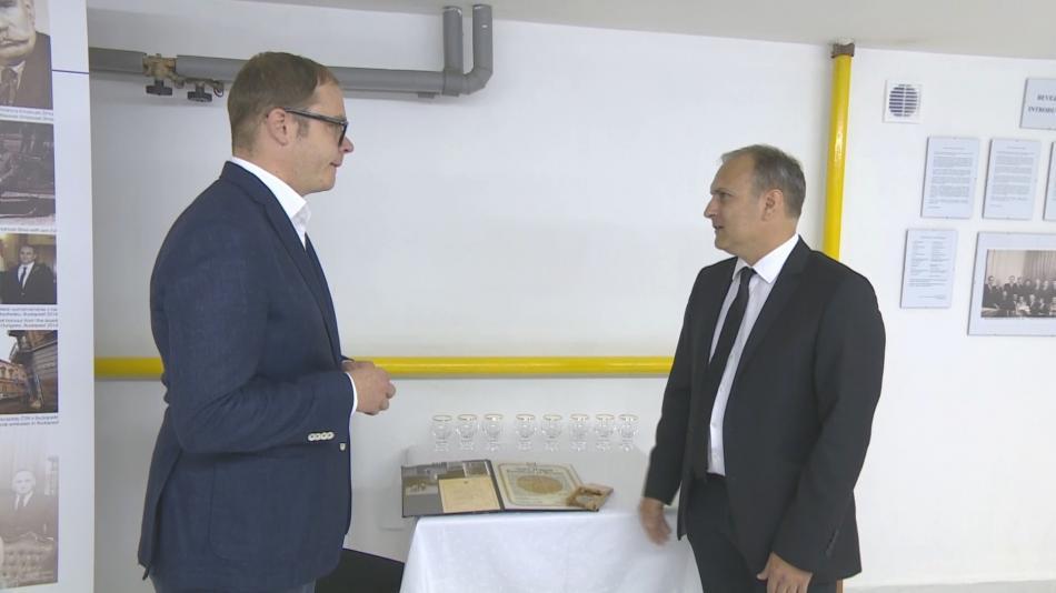 Zpravodaj ČT Lukáš Mathé během rozhovoru s Miklosem Zímou