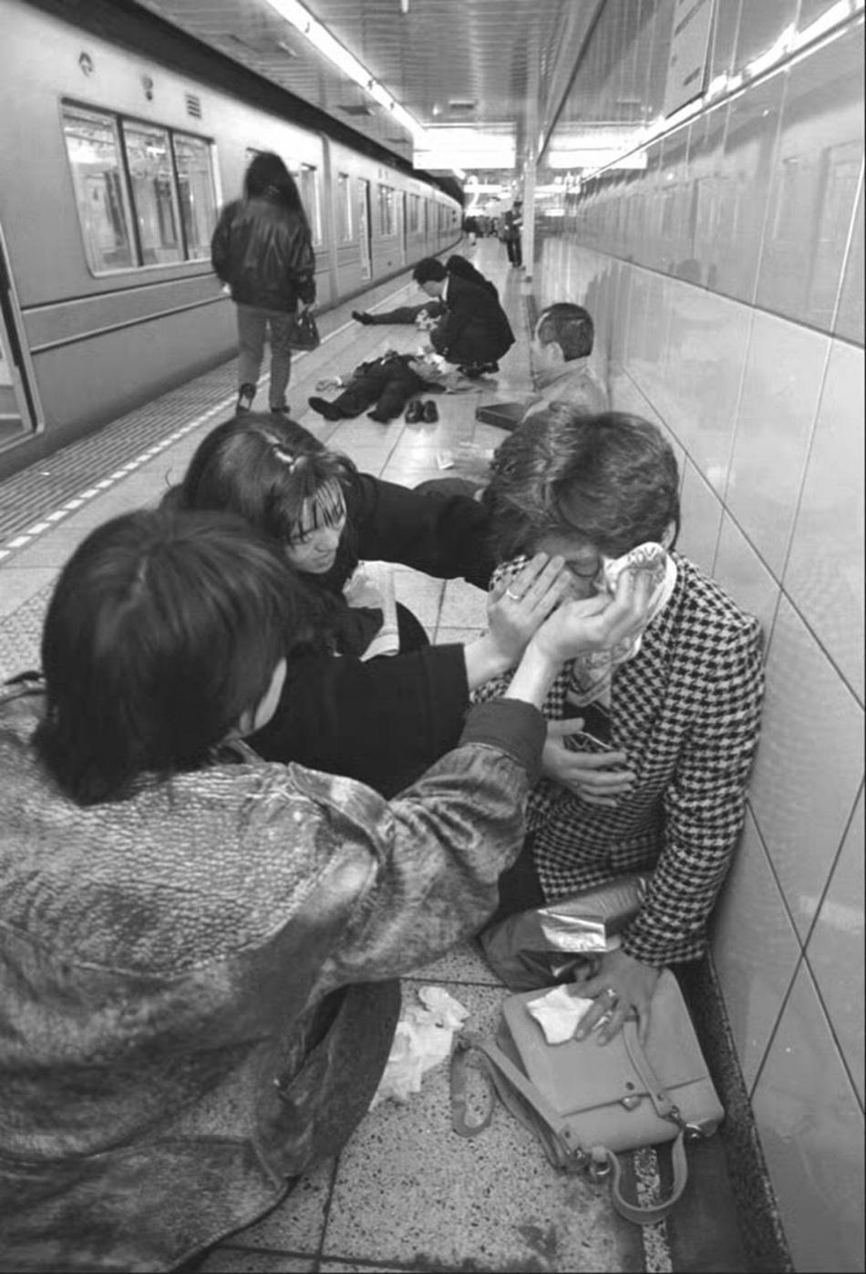 Útok sarinem v tokijském metru v roce 1995
