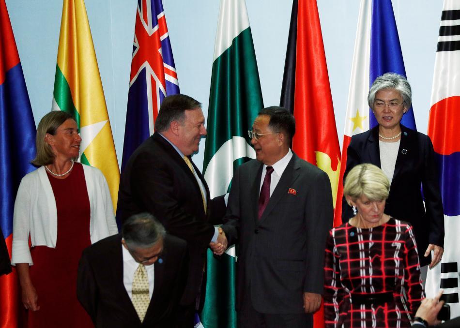Mike Pompeo a Ri Jong-ho se zdraví na setkání ministrů zahraničí Sdružení zemí jihovýchodní Asie (ASEAN)
