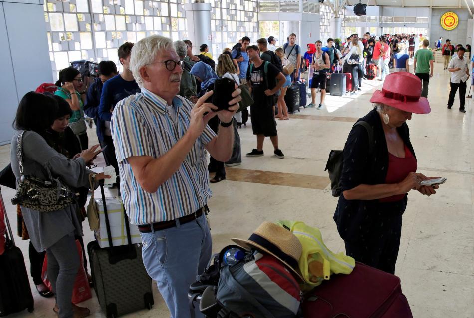 Turisté opouštějí ostrov Lombok
