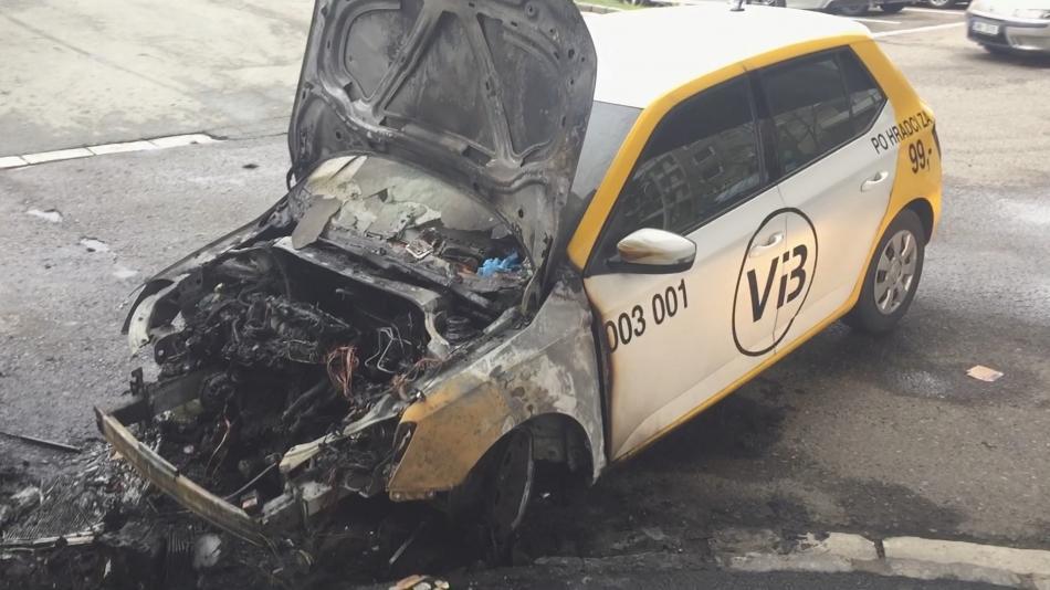 Ohořelé vozidlo taxislužby Vi3